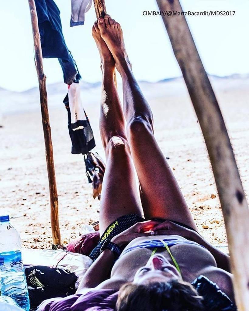 Elisabet Barnes resting in Marathon des Sables